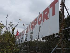 pancarte anti aéroport en ruine