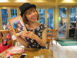 "Rokude Nashiko avec son manga ""Dekoman"""